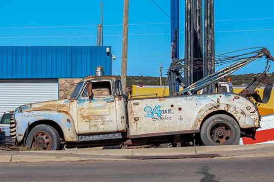 Old tow truck on side of road | Tow Truck Facts | https://www.sfcitytowing.com